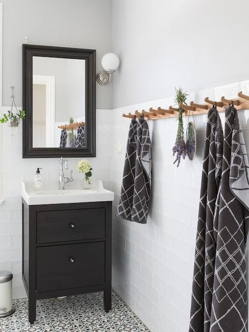"""Det marockanska cementgolvet i badrummet sammanfattar färgpaletten i hemmet. """"Vi utgick faktiskt från badrumsgolven när vi färgsatte resten av huset"""". Kommod, lampa och spegel Ikea. Knopplist, loppis. Handdukar, Ellos. Hamrat kakel, Kakel och Natursten, Örebro."""