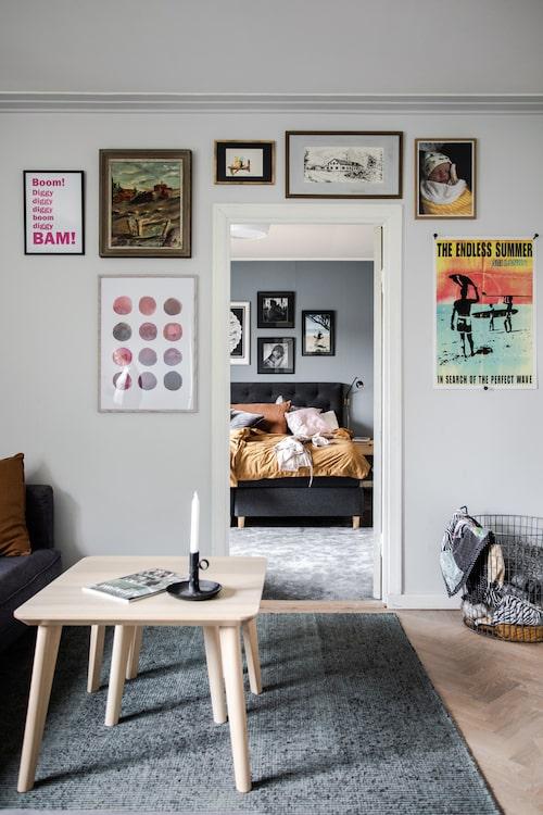 Tavelväggen i tv-rummet är också en salig blandning av sådant som familjen gillar. Här syns målningar av Johans pappa och Sofias morfar samt resminnen och foton blandat med prints.