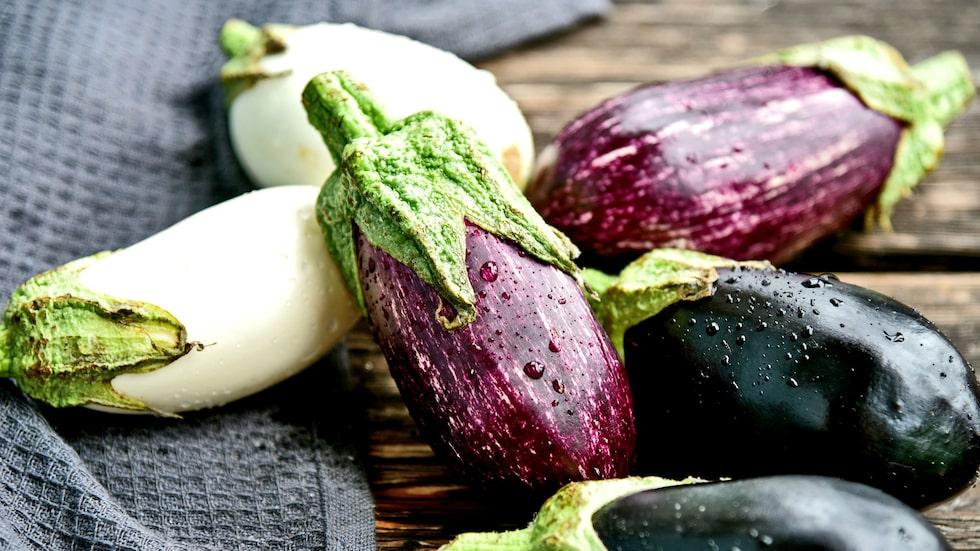 Aubergine bör exempelvis inte förvaras i kylen, eftersom den kan köldskadas.