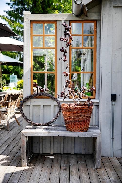 Många fina detaljer gör poolhuset charmigt. Gamla fönster delar av terrassen.