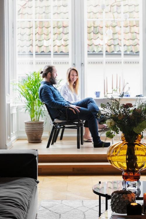 En fikastund i burspråket som fick Anders och Krista att börja drömma om lägenheten. Vas, Louise Roe.