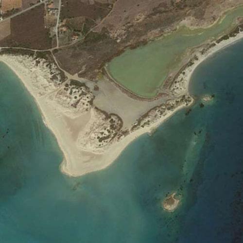 Mellan den lilla ön och fastlandet ligger Pavlopetri.