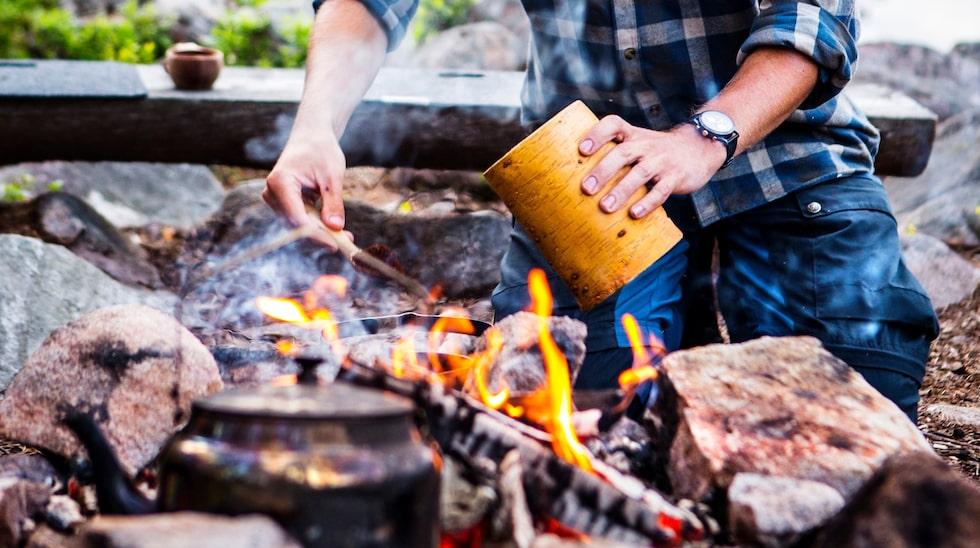 Middagen avrundas självklart med klassiskt kokkaffe som vildmarksguiden Elia Elmström kokar över lägerelden.