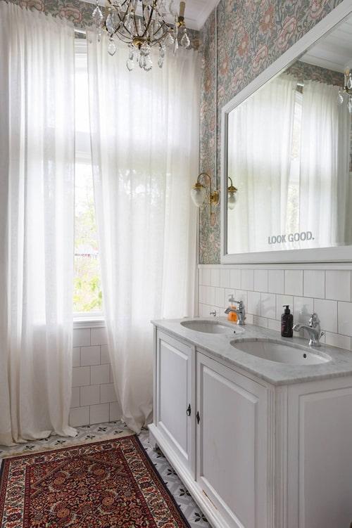 Ett av badrummen som är gjord i gammeldags stil.