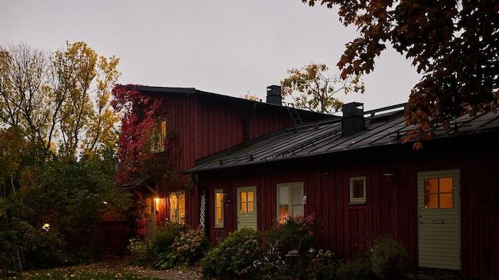 Längst till vänster är huset som är till salu, den lägenheten som har två våningar och därmed sticker upp och har bättre utsikt.