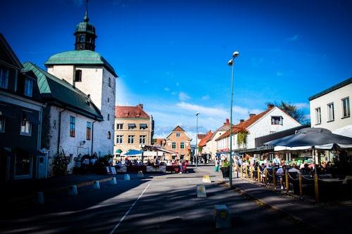 Storgatan med Rådhustorget i Vadstena. Här ligger en rad butiker, restauranger och kaféer. Till nästa sommar kommer torget att göras om så att Rådhuset får en centralare plats.