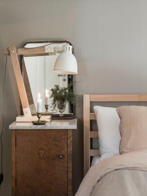 I sovrummet harmonierar äldre och nyare trämöbler snyggt.