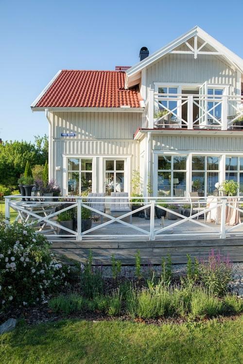 Terrassen var det första familjen byggde efter att huset stod klart. Solsängar, bord och stolar, Ikea.