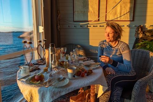 Horisonten glöder rött när vi äter frukost i Havsateljén.