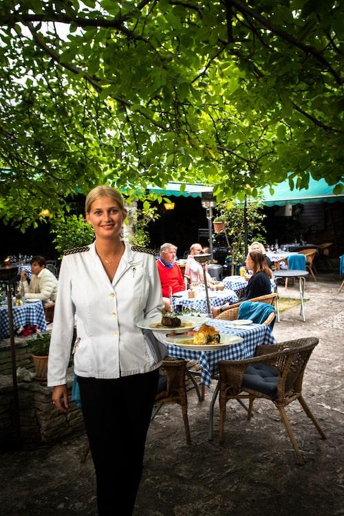 Det är en fläkt av Provence när bartendern Filip och servitrisen Ella serverar gästerna i trädgården på Lindgårdens värdshus i Visby.