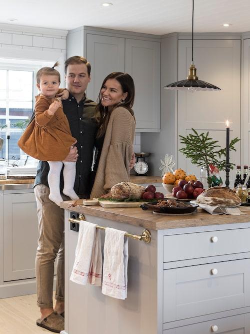 Familjen samlad i köket. Kök, Marbodal. Lampa, Ellos.