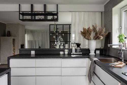 Kök, Ikea. Tavlan har Josefin målat. Lampor, Ikea. Pall, Mio. Vasen på köksön, från Ernst.