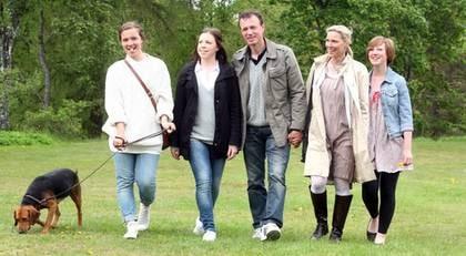 TACKSAM. Nu vill tidigare NHL-proffset Fredrik Olausson, här med döttrarna Nicole och Paulina, frun Carina och dottern Amanda, ge andra chansen att överleva.