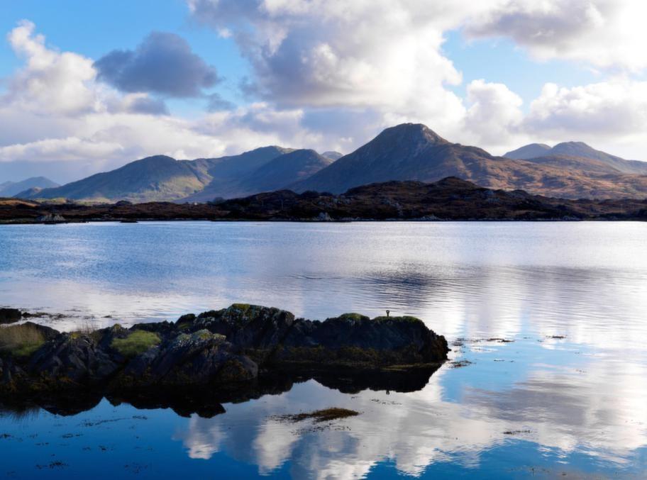 Den irländska halvön Connemara bjuder på magnifika vyer och med bilen kan du verkligen upptäcka landskapet. Vägarna är glest trafikerade och stoppen är många.