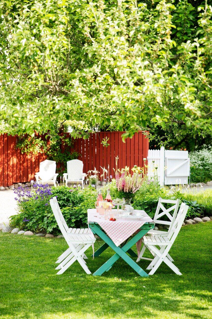 Trädgårdsbordet ingick när Helena och Christina köpte huset. Det är perfekt att duka upp fika på under äppelträdets skugga.