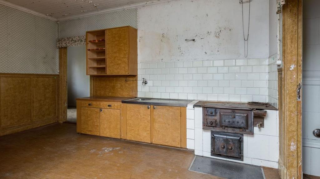 Vedspis i ett av de två köken i gamla lärarbostaden.