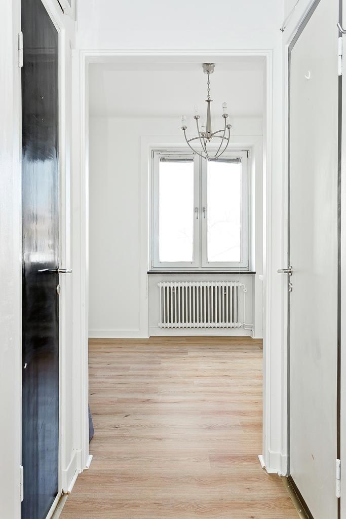 Lägenheten är den allra minsta till salu på Hemnet just nu med sina 11,1 kvadratmeter. Klädkammare i hallen.