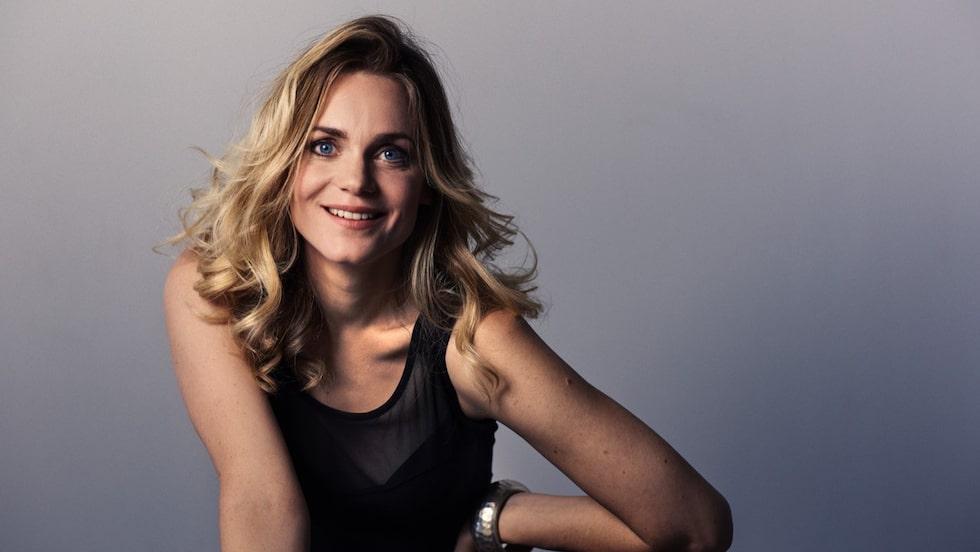 """Liv Mjönes, 41, är skådespelaren som är aktuell i serien """"The Holiday"""" och även spelar Adams mamma i nya """"Eva & Adam""""."""