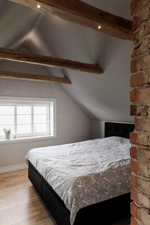 I sovrummet liksom i många av husets övriga rum finns det infällda spotlights i takbjälkarna.