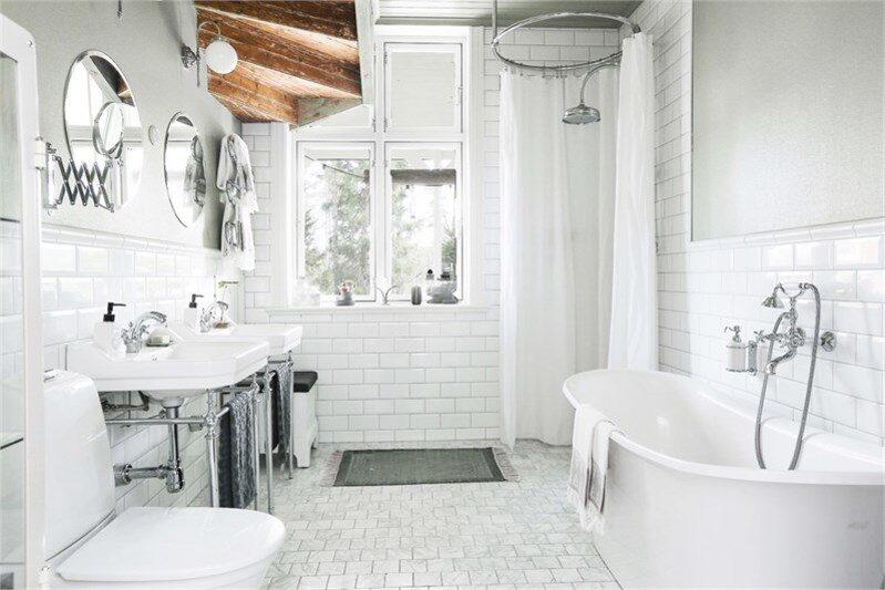 Badrummet är inrett med marmorgolv och har golvvärme. Dubbla handfat med matchande blandare i äldre stil från Burlington, dusch från Burlington med rund kromad duschstång, tvålpumpar vid dusch och badkar i porslin och krom från Burlington, badkar från Hafa.