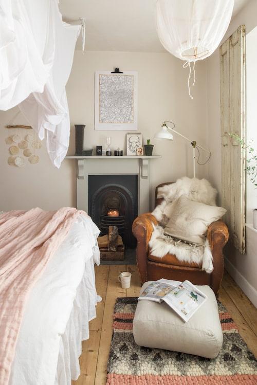 """Sovrummet är en favoritplats för """"a nice cup of tea"""". Sänghimmel från Ellos. Rosa filt och fotpuff från Himla. Matta från Ilva. Drömfangare från CE inne ute. Taklampa från Annika Almborg."""