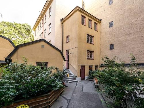 """""""Stockholms minsta höghus"""" som det kallas har tre våningar och två rum och kök."""