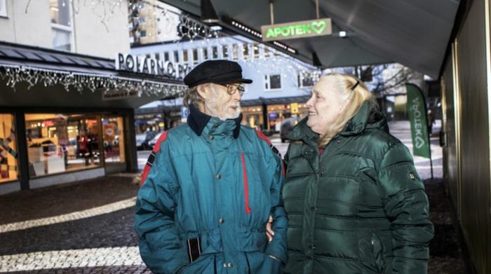 """Ann-Britt Bärjed, 71, pensionerad sjuksköterska och Svante Bärjed, 85, pensionär, Vällingby.""""Jag är inte orolig men har fått en massa. Har fått biverkningar av diabetesmedicin jag tog. I två månader mådde jag dåligt och det tog åtta veckor att ställa in den. Sedan återkom samma biverkningar efter en månad. Jag fick huvudvärk, kräktes och influensasymptom. Medicinen jag fick efteråt fick jag sväljningsproblem av samt bröst- och ryggsmärtor. Det var de värsta biverkningarna och då slutade jag med den också. Svante har inga biverkningar av hjärtmedicinen han äter."""
