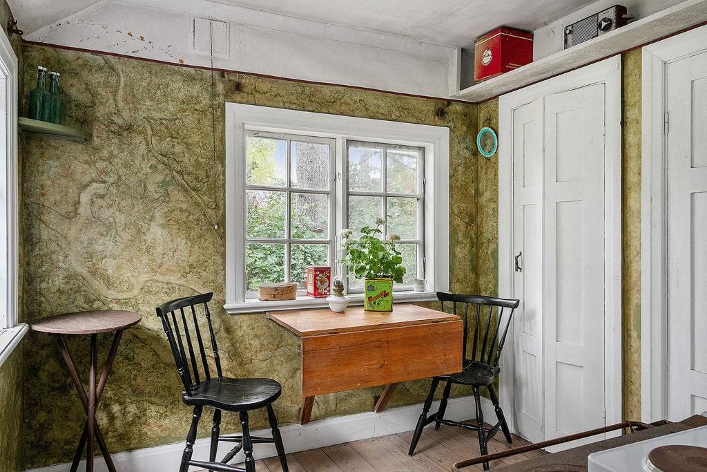 I gäststugan finns ett kök och ett sovrum.