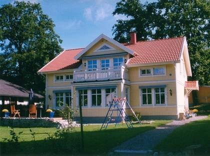 VILLA TALLBACKEN - En klassiker med bra lösningar. TYP: 1,5-planshus med förhöjt vägliv. Sex rum och kök på 180 kvadratmeter. PRIS: 2 800 000  kronor. 15 556 kronor kvadratmetern. HUSFÖRETAG:  Kvalitetshus www.kvalitetshus.se