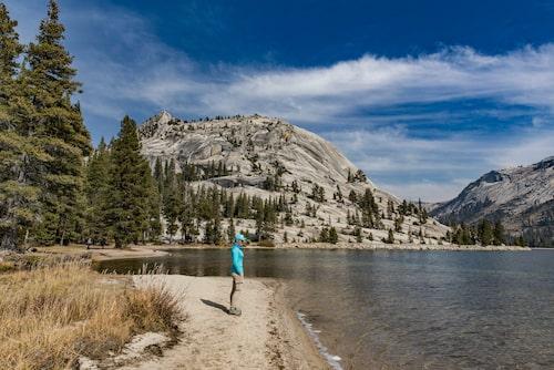 Det är häpnadsväckande vackert vid Tenaya Lake i Yosemite.