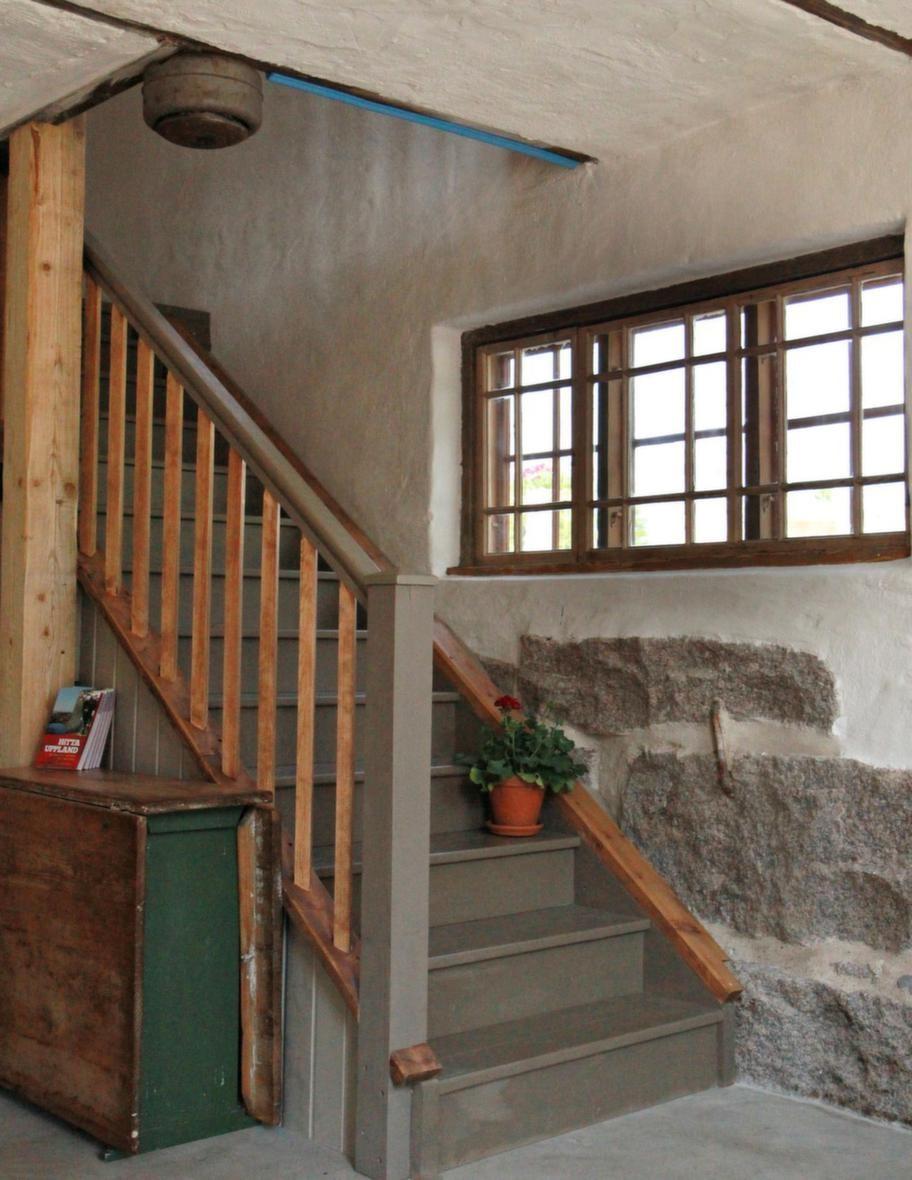 Nygjord. Trappan upp till övervåningen är nygjord och målad.