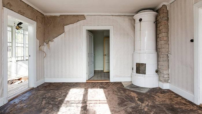 Husets största har utgång till glasverandan.