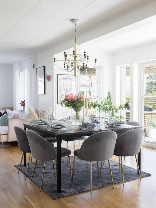 Den stilrena matplatsen är placerad mitt emellan köket och vardagsrummet i öppen planlösning. Bordet är ett hemmabygge. Stolar, Trendrum. Lampa, Flos. Matta, Jotex.