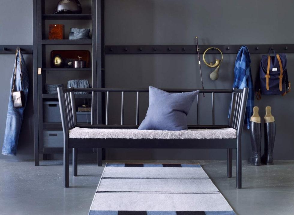 Klassisk pinnsoffa. I Ikeas kollektion Björksnäs finns en bänk och soffa av björk med tillhörande dynor av fårskinn. Möblerna kan fås i svart och naturfärg. Soffa, 1 995 kronor. Sittdyna av fårskinn, 1 000 kronor.
