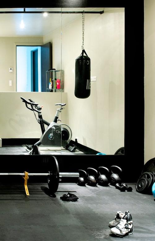 Familjen har ett eget gym med vikter, boxningssäck och motionscykel.