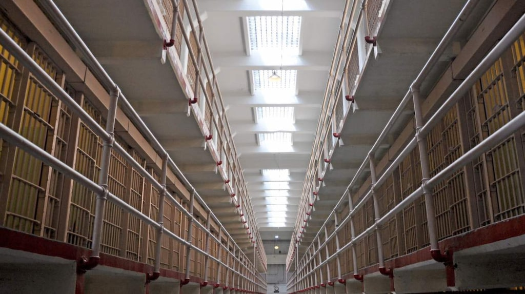 <p>Genom hörlurar får man höra vakter och fängslade berätta om fängelset.</p>
