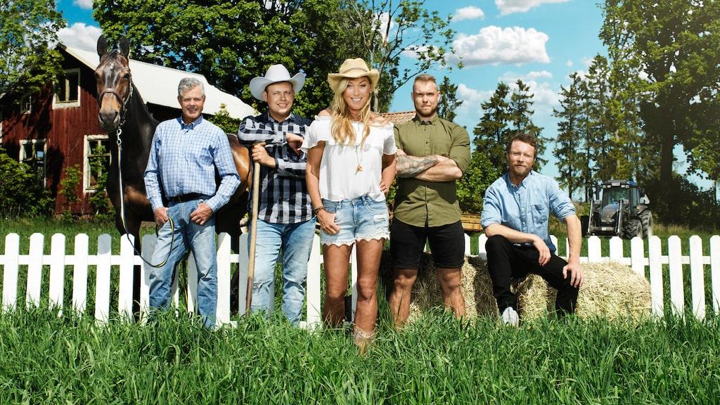 """Linda tillsammans med bönderna Mats Thomsson, Patrik Fernlund, Erik Parai Arnesson och Pontus Mikaelsson som söker kärleken i """"Bonde söker fru""""."""