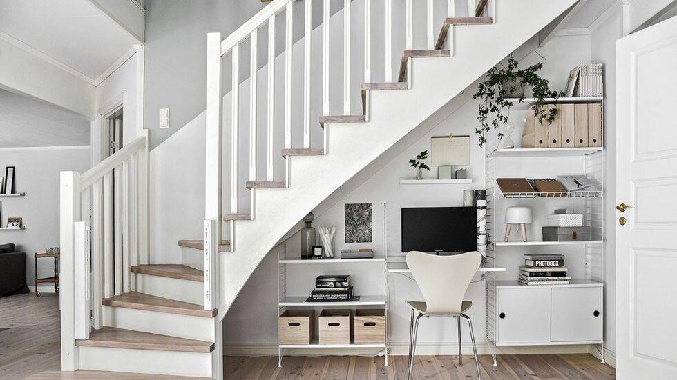 En trappa upp huserar 4 sovrum och ett allrum, husets badrum samt wc-rum.