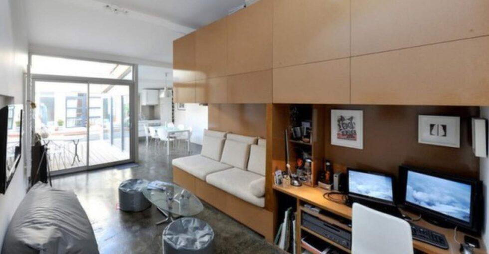 Vardagsrum och kontor har blivit en kkombo. Till höger om skärmarna finns ett fullt utrustad badrum.