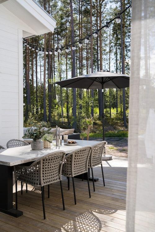 Huset är placerat så att de har utsikt mot den vackra skogen både från altanen och ifrån rummen inne i huset.