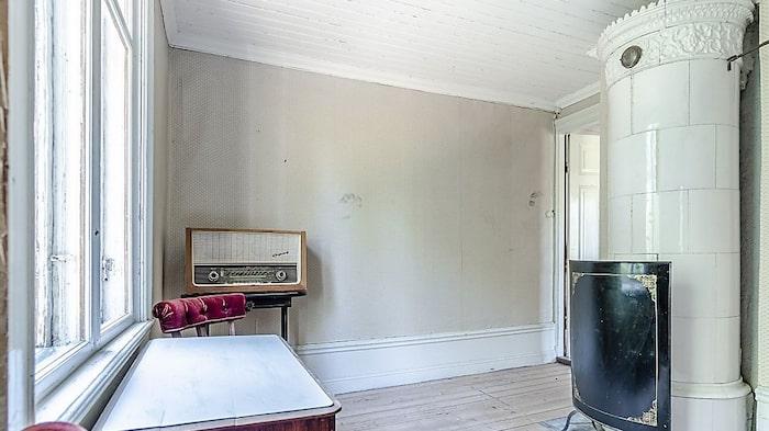 Ytterligare ett rum med kakelugn.