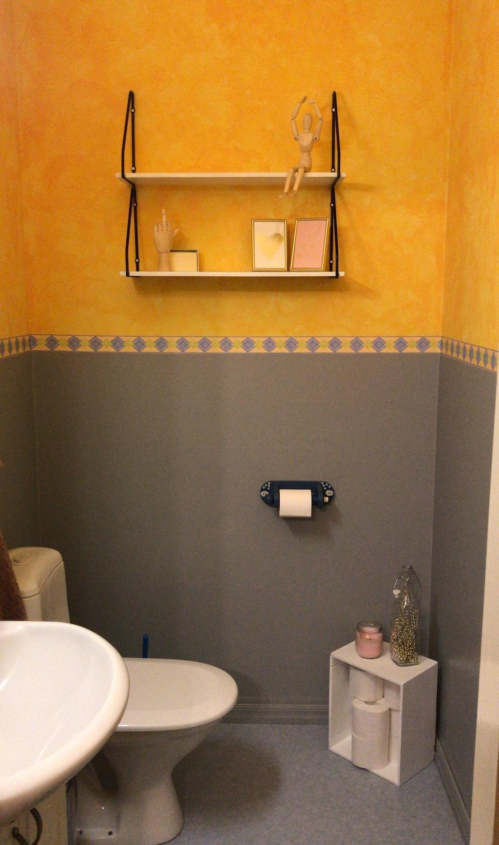 Så här såg badrummet ut innan dekorplasten och målningen...