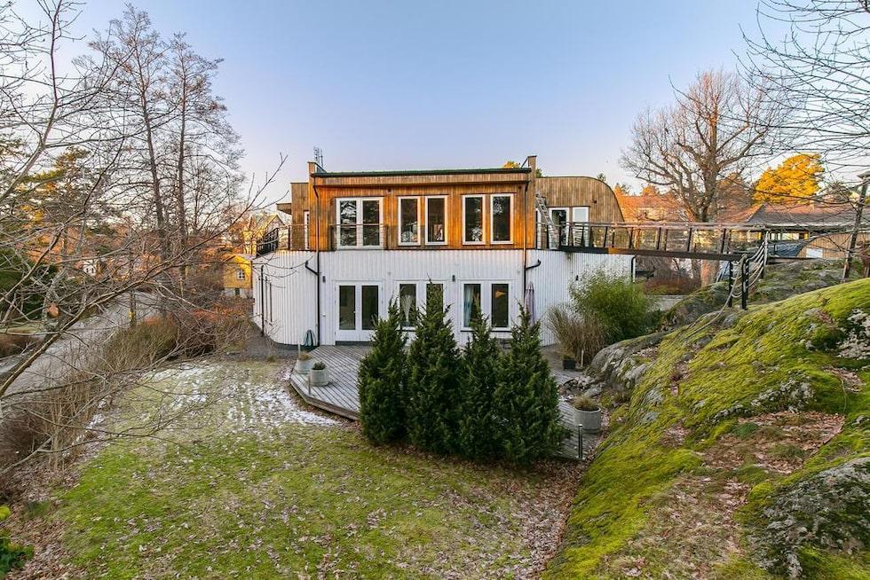 Villan som är arkitektritad har båtinspiration och bland annat en landgång till ett lusthus.