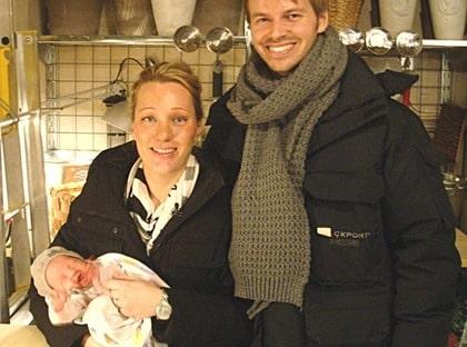 """""""Allting samlades på hög i garaget"""" Namn: Annika Nyrén, 30 och Claes Nyrén, 30 med dottern Stella, knappt en månad gammal. Bor: Hus i Enskede i Stockholm. Gör: Annika är dekoratör på H&M och Claes arbetar som ekonomichef."""
