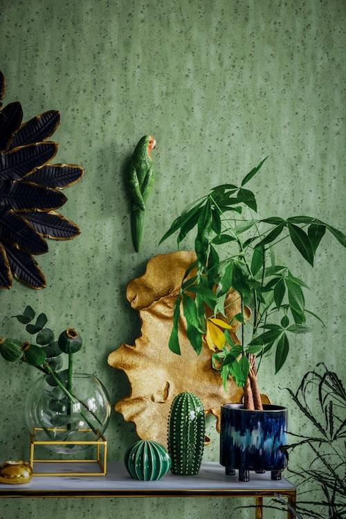 Glasvas med mässingsställning, 499 kr, Ellos. Spegel med fjädrar, 595 kr, Mio. Papegoja i porslin, 269 kr, Welcome Home. Kaktusar i porslin i tre set, 179 kr, Ikea.