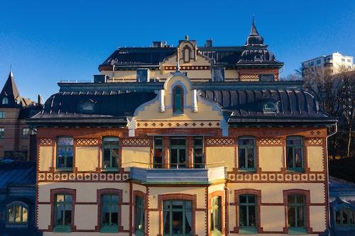 Det pampiga stenhuset från tidigt 1900-tal ligger i Vasastaden i centrala Göteborg.