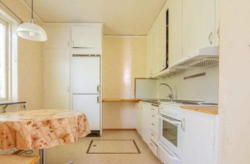 Husen behöver renoveras, men har stor potential enligt mäklaren som säljer fastigheten.