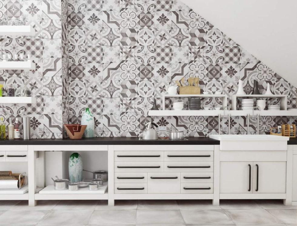 De marockanska kakelplattorna syns nu i en mer nedtonad stil. Mönstren känns igen men färgerna är mildare. Vintage Grigio dekor från Golvabia, 527 kronor/kvm, Happy homes.