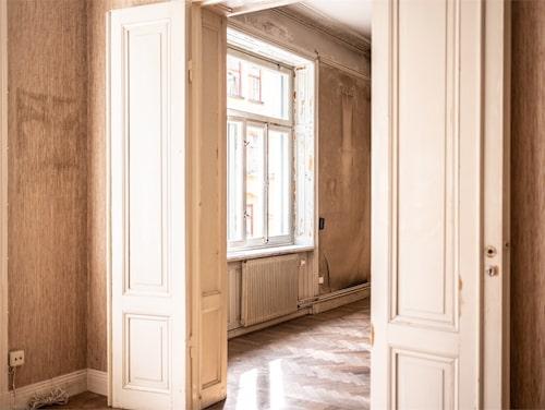 Spegeldörrar mellan varje rum.