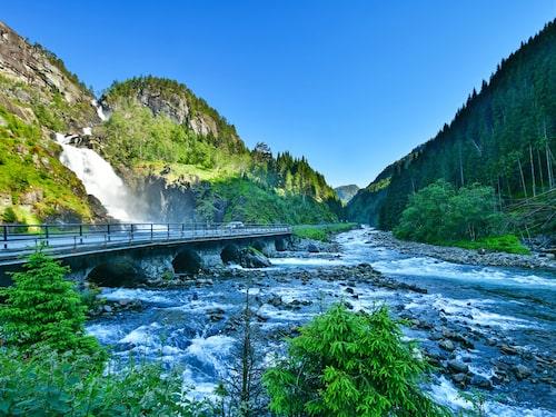 Två vattenfall möts innan de rinner ner i floden i Hordaland, utanför Odda.